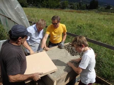 Die Schamottplatte (50x60cm) wird auf Sand verlegt