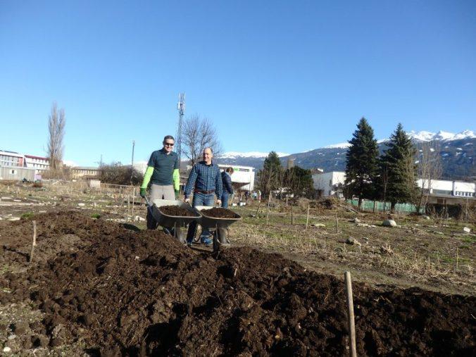Florian und Roberto beim Komposterde radeln