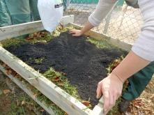 Der erste Terra Preta Stapelkompost entsteht unter fachkundiger Anleitung